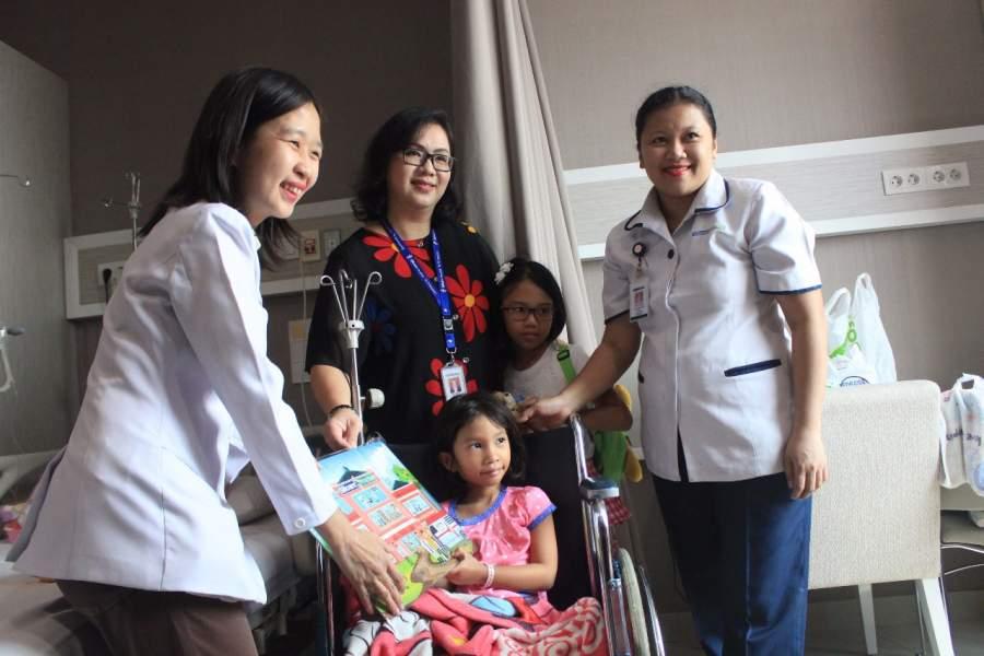 Pemberian puzzle pada psien anak di Siloam Hospitals TB Simatupang Jakarta.