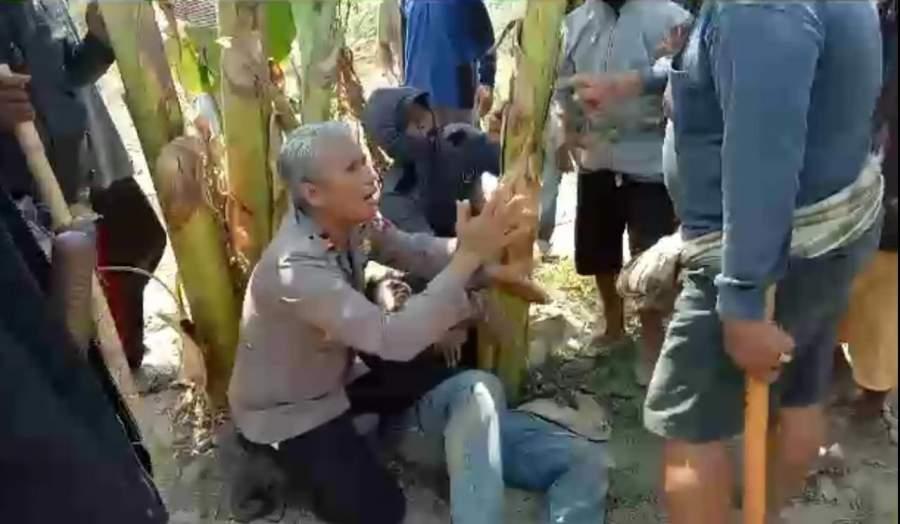 Kapolsek Ini Rela Bersimpuh dan Memohon Belas Kasih, Demi Lindungi Korban dari Amuk Massa