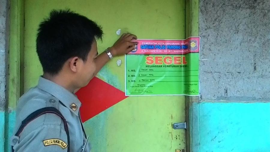 Petugas Pol PP Tangsel saat melakukan penyegelan terhadap salah satu kafe di Pondok Kacang Timur.