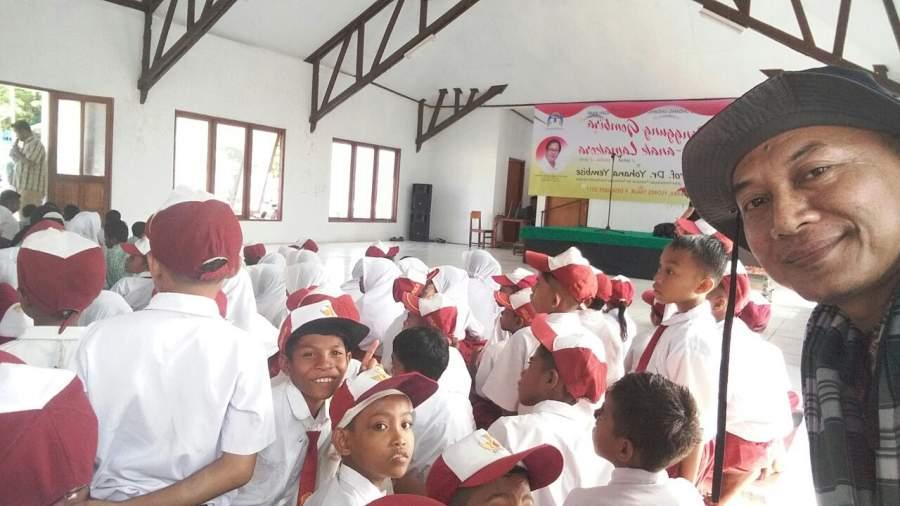Pendongeng Kang Budi euy saat mendongeng di Kampung Lamakera, Desa Moton Wutun, Kecamatan Solor Timur, Kabupaten Flores Timur, Provinsi Nusa Tenggara Timur