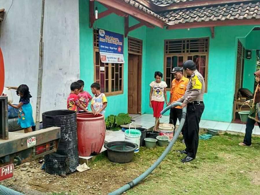 Bantuan air bersih dari Polres Banjar.