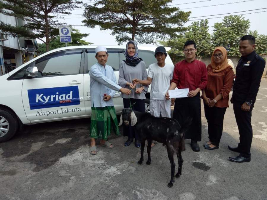 Kyriad Hotel Airport Jakarta Serahkan 5 Hewan Qurban Kepada Warga